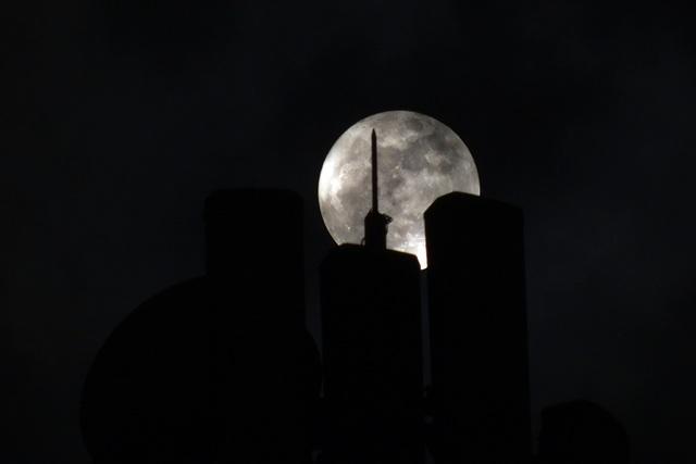 Lấp ló sau các dãy nhà cao tầng, có thể dễ dàng nhận ra mặt trăng lớn hơn bình thường.
