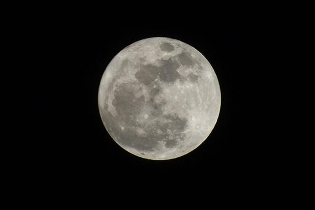 Khoảng 19h30, trăng đã lên cao, đạt cực đại. Mặt trăng lúc này được cho là lớn hơn 14% so với thông thường.