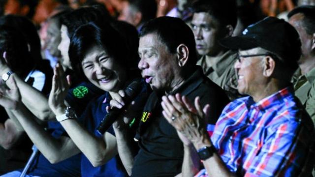 Tổng thống Philippines Rodrigo Duterte hát tại lễ trao giải. (Ảnh: Inquirer)