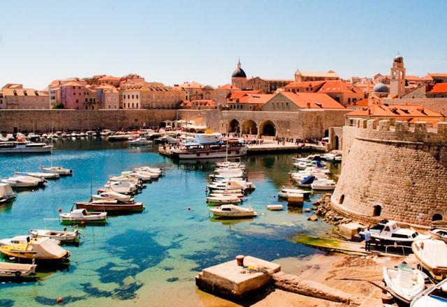 Dubrovnik nhìn từ trên cao. Thành phố với những căn nhà đắt đỏ sẽ khiến du khách bị mê hoặc bởi kiến trúc nơi đây. (Ảnh: LDD)