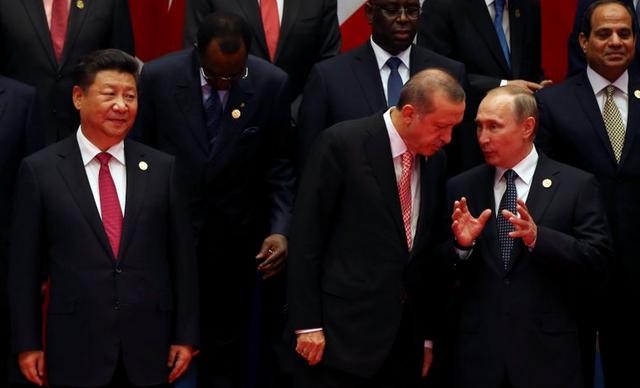 Tổng thống Thổ Nhĩ Kỳ (hàng đầu, ở giữa) và Tổng thống Nga Vladimir Putin đứng ngay bên tay trái của Chủ tịch Trung Quốc Tập Cận Bình khi chụp ảnh tại hội nghị G20. (Ảnh: Reuters)