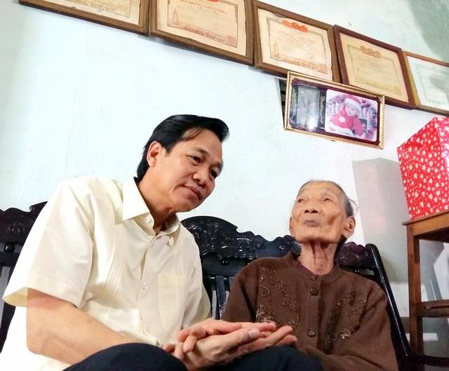 Bộ trưởng Đào Ngọc Dung tới thăm và tặng quà mẹ Việt Nam anh hùng Hồ Thị Ngô (phường An Xuân, thành phố Tam Kỳ).