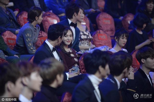 So với bạn gái, La Tấn không nổi tiếng bằng nhưng anh không cảm thấy đó là áp lực. Anh hạnh phúc khi chứng kiến cô ngày một thành công và chiếm được cảm tình của khán giả. Đường Yên hiện là một trong những ngọc nữ của màn ảnh nhỏ Hoa ngữ.