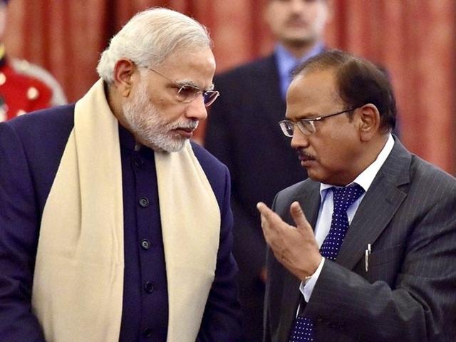 Cố vấn An ninh Quốc gia Ấn Độ Ajit Doval (phải) và Thủ tướng Ấn Độ Narendra Modi. Ảnh: Bloomberg