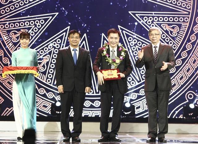GS.VS Đặng Vũ Minh - Chủ tịch Liên hiệp các Hội Khoa học và Kỹ thuật Việt Nam và ông Bùi Trung Kiên - Phó Tổng giám đốc An Bình Bank lên trao giải thưởng trong lĩnh vực Khoa học Công nghệ.