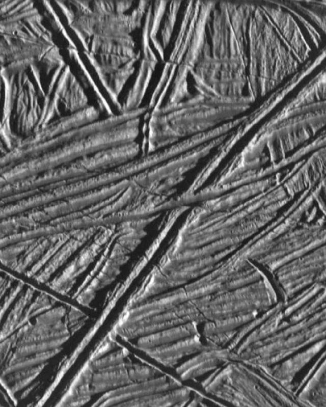 Các vết nứt và rãnh trên bề mặt của Europa có thể tiết lộ những manh mối về lịch sử địa chất của mặt trăng này, cũng như khả năng tồn tại của đại dương bên dưới bề mặt của nó. Những đặc điểm trên bề mặt này có khả năng được tạo ra bởi các lực thủy triều từ sao Mộc, lực này làm cho đại dương ngầm nâng lên và hạ xuống tương tự như thủy triều trên Trái đất.