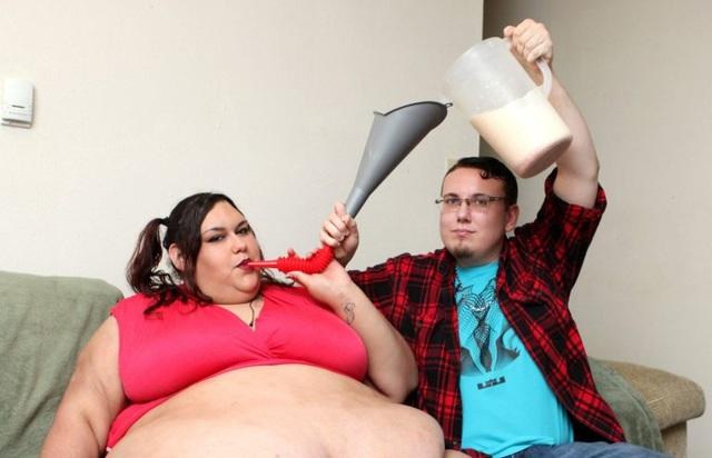Người yêu giúp đỡ cô ăn những bữa ăn khổng lồ.