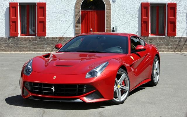 9. Ferrari F12 Berlinetta có giá bán tiêu chuẩn từ 240.000 bảng Anh, đi cùng...