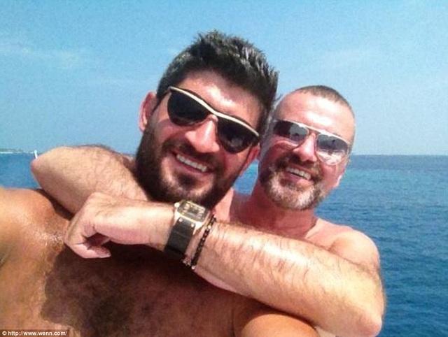 George Michael và bạn trai đã có những ngày hạnh phúc bên nhau trước khi ông qua đời tại nhà riêng vào buổi sáng ngày Noel. Cái chết của George Michael được cho là vì một cơn đau tim. Trước đó nam ca sỹ nổi tiếng với bản hit Last Christmas đã có nhiều năm chiến đấu với ma túy, tăng cân mất kiểm soát