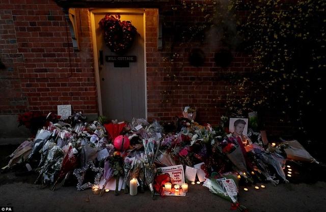 Hoa, nến và quà tặng được đặt trước cửa nhà George Michael trong ngày ông qua đời