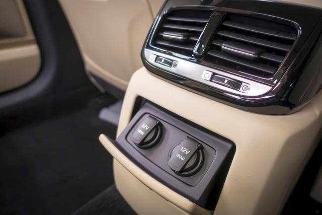 Xe được trang bị ghế chỉnh điện 22 hướng khác nhau cùng việc tích hợp sưởi cũng như thông gió cho ghế giúp cho tất cả các vị trí đều có được cảm giác cực kỳ dễ chịu. Vô lăng G90 được bọc da cao cấp và điều khiển điện 4 hướng với hành trình di chuyển lớn. Toàn bộ các ghế đều nhớ được 3 vị trí khác nhau. Cùng với đó, Genesis G90 được trang bị hệ thống điều hoà 3 vùng độc lập hoàn toàn (mỗi vị trí có thể tuỳ chỉnh tốc độ gió và hướng gió).