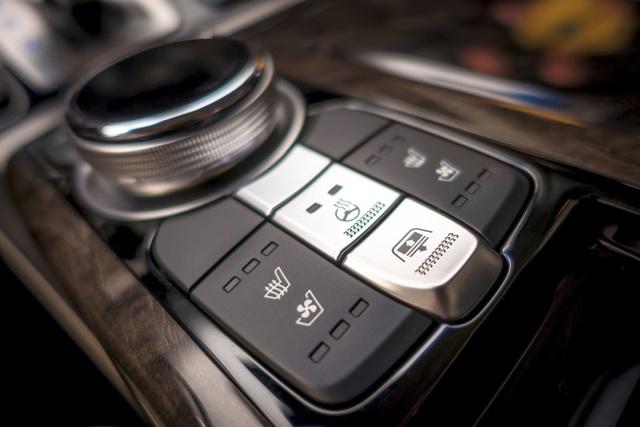 G90 được đánh giá là một chiếc sedan công nghệ cao cấp hàng đầu hiện nay với 3 màn hình thông tin giải trí, bao gồm 1 màn hình 12,3 ở phía trước (độ phân giải cao) và 2 màn hình 9,2 phục vụ hàng ghế sau, đi cùng với hệ thống 17 loa Lexicon ampli rời tích hợp chuẩn Quantum Logic.