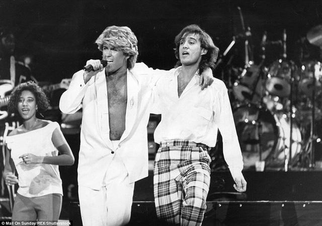 George Michael và Andrew Ridgeley trình diễn tại Trung Quốc vào năm 1981.