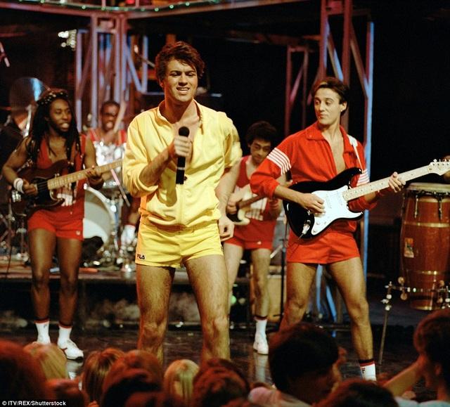 George gây sốc khi diện đồ màu vàng trong khi người anh em - Andrew Ridgeley mặc đồ đổ lên sân khấu.