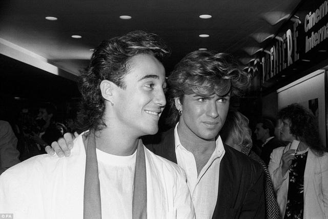 Vào năm 1984, Andrew Ridgeley và George Michael tay trong tay thân thiết khi cùng tham dự một sự kiện.