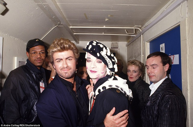George Michael và Boy George gặp gỡ nhau tại một sự kiện gây quỹ từ thiện ủng hộ các bệnh nhân bệnh AIDS tại London, tháng 4/1987.