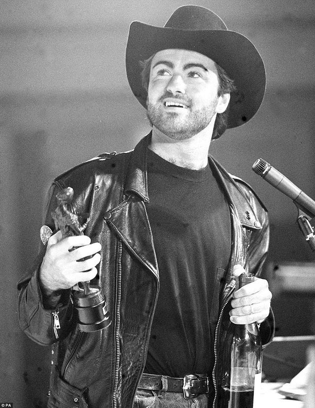 George Michael ăn mừng chiến thắng của album Faith tại một lễ trao giải âm nhạc ở London, Anh. Album này của anh được tôn vinh là album thành công nhất của năm.