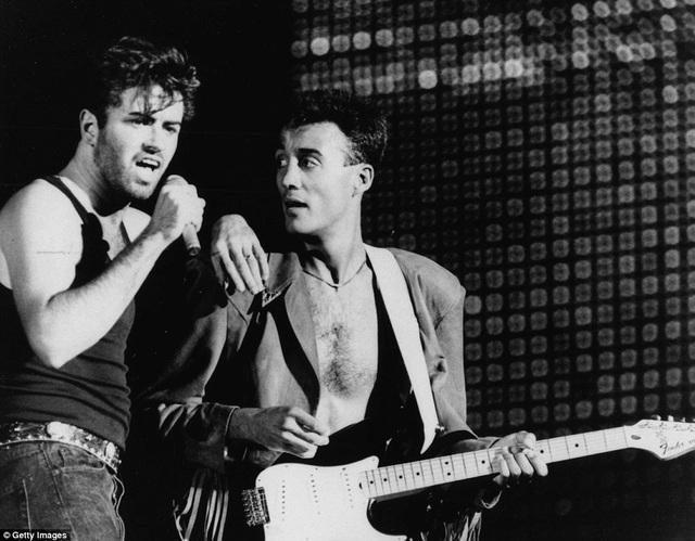 George Michael (trái) và Andrew Ridgeley trình diễn cùng nhau trên sân khấu vào năm 1986.