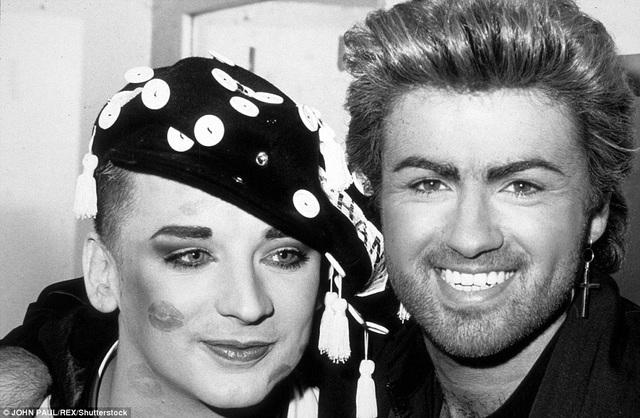 George Michael và Boy George chụp ảnh cùng nhau tại một sự kiện gây quỹ từ thiện ở London, Anh, vào năm 1987.