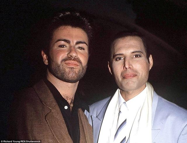 George Michael và thành viên nhóm nhạc Queen - Freddie Mercury trong một sự kiện âm nhạc vào năm 1989.
