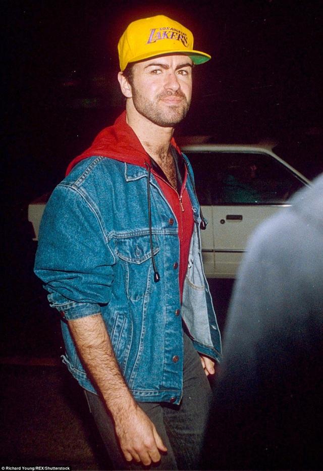 George diện trang phục bóng chày tại bữa tiệc ăn mừng thành công của bộ phim War of the Roses ở London, Anh, năm 1990.