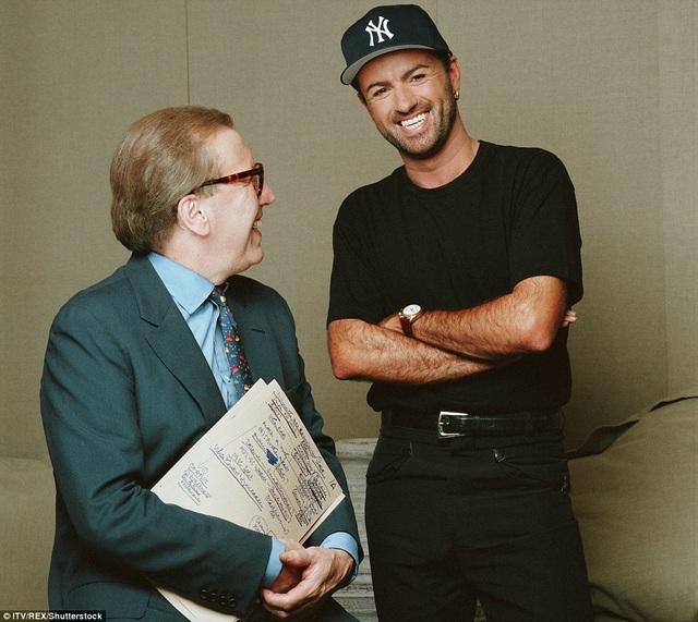 George Michael sở hữu nụ cười rạng ngời và sáng. Anh và David Frost tham gia một talkshow vào năm 90 của thế kỷ trước.
