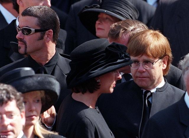 Vào năm 1997, Elton John (phải) và George Michael tham dự tang lễ của công nương Diana.