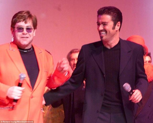 Elton John và George Michael trình diễn cùng nhau tại London, Anh vào năm 1999.