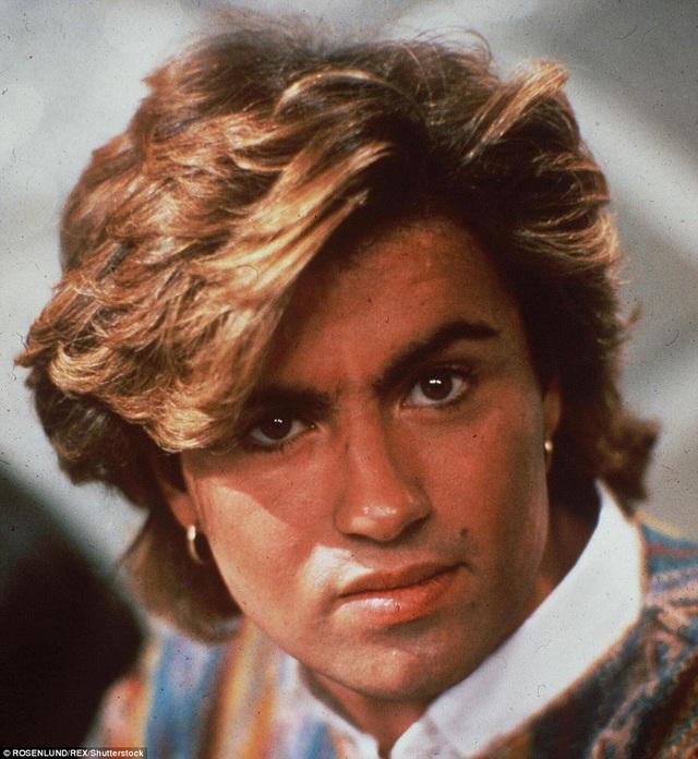 George Michael là một trong những mỹ nam của làng giải trí thế giới trong những năm 80 của thế kỷ trước với gương mặt đẹp không tì vết. Đây là bức ảnh chân dung của George thực hiện vào năm 1984, 2 năm trước khi nhóm Wham! tan rã và 3 năm trước khi ông bắt đầu sự nghiệp ca hát solo.