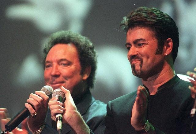 George Michael trình diễn tại buổi ca nhạc tưởng nhớ người vợ quá cố của Paul McCartney ở London, vào năm 1999.