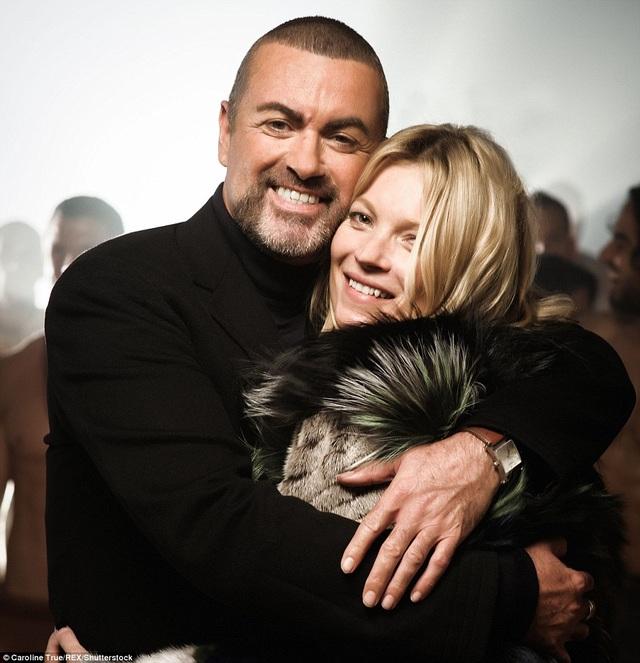 George Michael thân mật với siêu mẫu Kate Moss trong thời gian tham gia thực hiện video White Light vào tháng 6/2012.