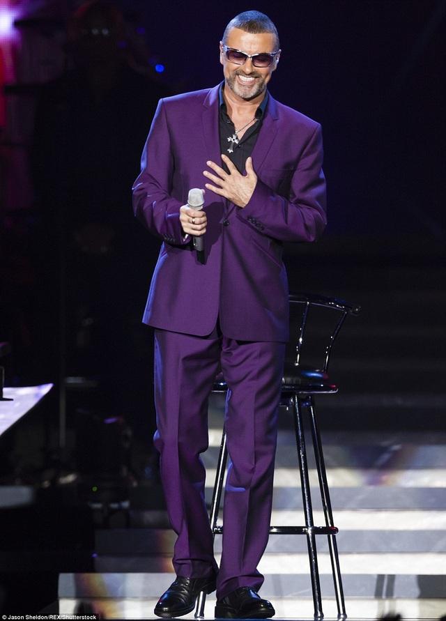 Tháng 9/2012, ngôi sao 53 tuổi diện nguyên cây tím lên sân khấu Birmingham, Anh. Đây là đêm diễn đầu tiên trong tour diễn Symphonica của anh.