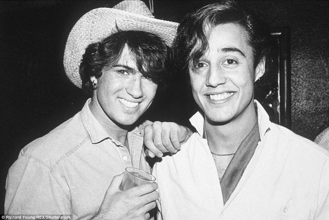 George Michael và Andrew Ridgeley tại tiệc sinh nhật của George tại một quán bar ở London, Anh.