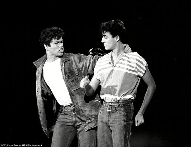 George Michael và Andrew Ridgeley, thành viên nhóm Wham!, trong một show truyền hình của Mỹ và đây là lần đầu tiên họ ra mắt khán giả Mỹ vào năm 1982.