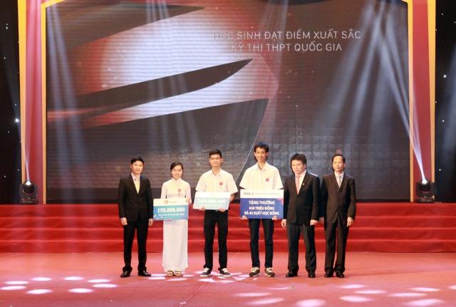 Ngày 3/12/2016, tại sự kiện tuyên dương học sinh giỏi đạt giải Olimpic Quốc tế và học sinh đạt điểm xuất sắc nhất kỳ thi trung học Quốc gia 2016