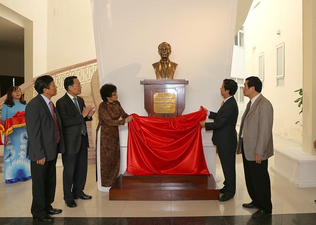 Sáng ngày 9/12, ĐH QGHN đã làm lễ tưởng niệm và an tượng GS Nguyễn Văn Đạo, phía trước hội trường lớn nhất mang tên Ông. Bức tượng là một phần thể hiện sự tưởng nhớ, tri ân và tôn vinh Ông, bởi những đóng góp của ông cho học thuật, cho giáo dục của VNU và cho quốc gia.
