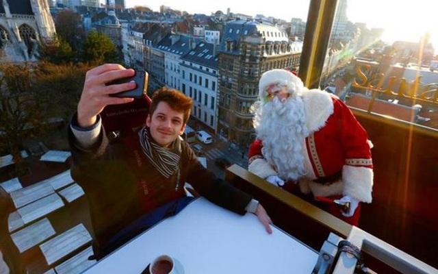 Thực khách thưởng thức tiệc cùng ông già Noel giữa lưng chừng trời. Chi phí thưởng thức bữa ăn là 265 USD (gần 6 triệu đồng/khách)