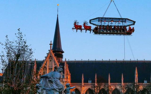 Bàn tiệc được trang trí như hình chiếc xe kéo của ông già Noel với 4 chú tuần lộc giả ở đầu xe
