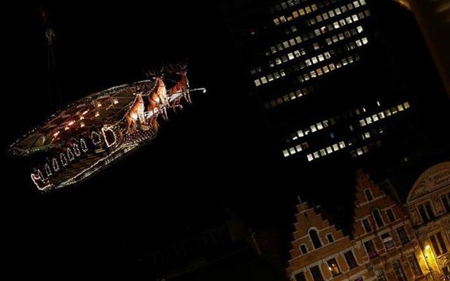 Ở độ cao 35m, thực khách được ngắm những tòa nhà cổ kính của Bỉ