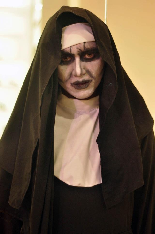 Gương mặt nhân vật Valak – phim The Conjuring 2 được trang điểm cầu kỳ, tỷ mỉ.