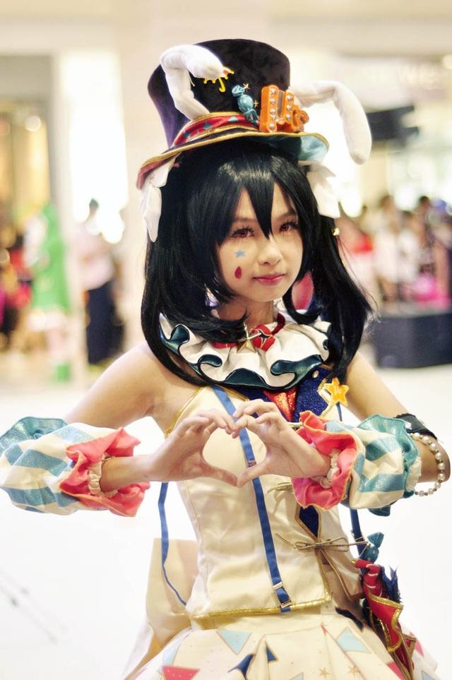 Một nữ cosplayer tạo dáng trong trang phục nhân vật Nico Yazawa trong Bộ truyện Love live