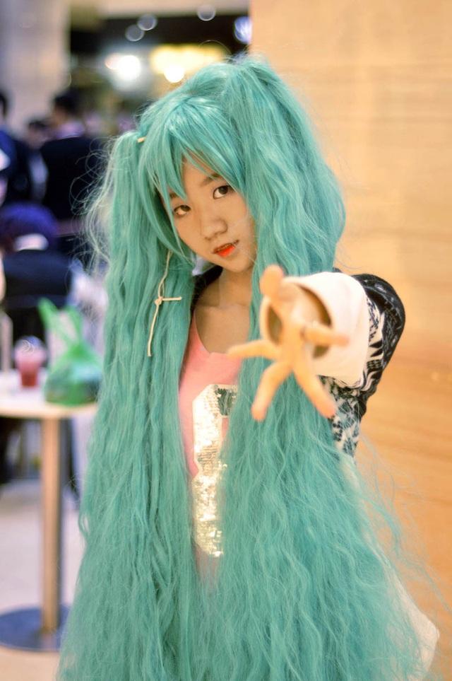 Mái tóc giả màu xanh dày và dài của cô gái này thu hút mọi sự chú ý của người tham gia lễ hội Halloween năm nay.