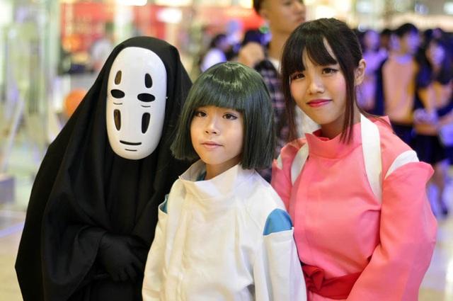 Vô diện Ghibli thân thiện chụp ảnh cùng bạn bè