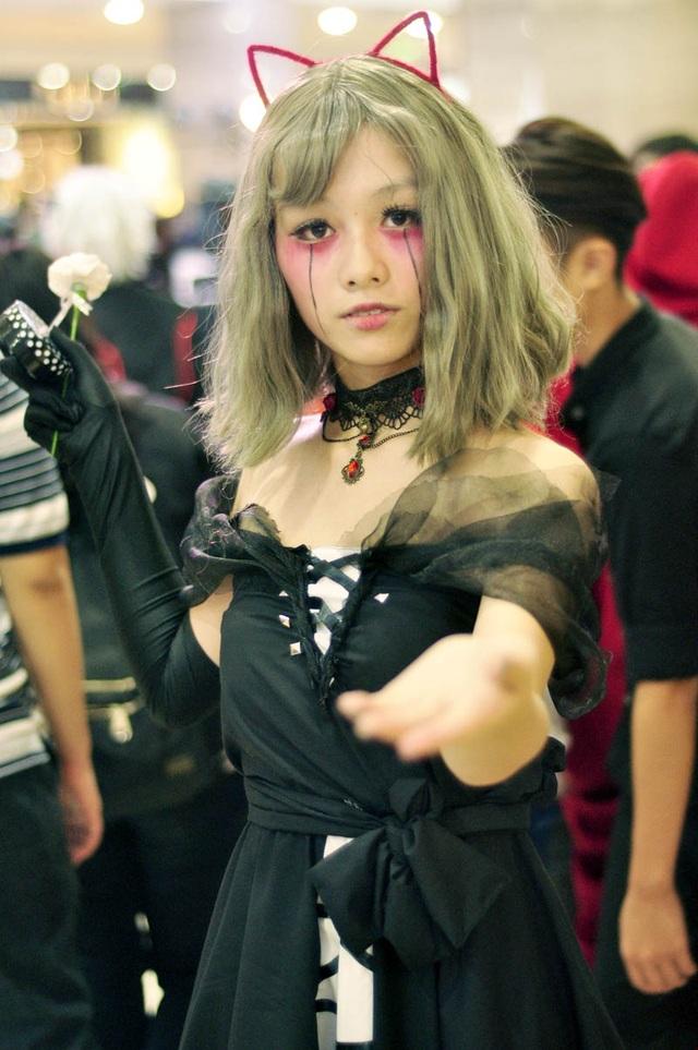 Cô gái xinh đẹp vào vai búp bê gothic với đôi mắt rơi lệ