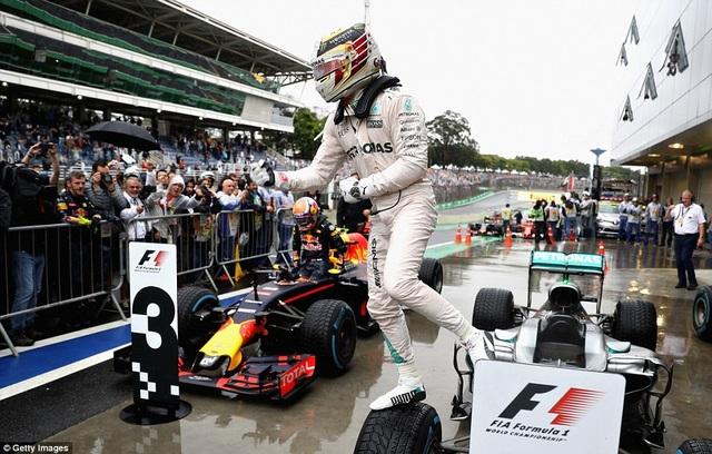 Thắng chặng, Lewis Hamilton tiếp tục nuôi giấc mơ vô địch - 11