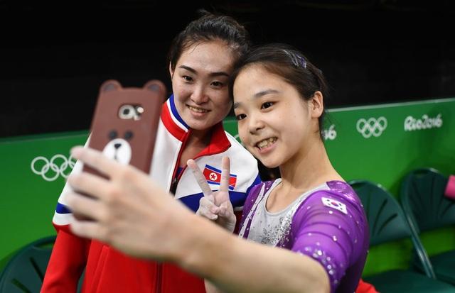 Một biểu tượng đoàn kết hiếm thấy giữa Hàn Quốc và Triều Tiên khi hai vận động viên thể dục dụng cụ của hai nước chụp ảnh cùng nhau khi chuẩn bị tranh tài tại Thế vận hội Olympic Rio de Janeiro ở Brazil. (Ảnh: Reuters)