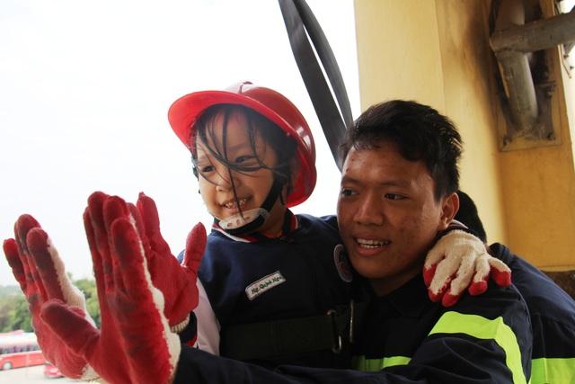 """""""Thót tim"""" với trải nghiệm làm lính cứu hỏa của học sinh tiểu học - 13"""