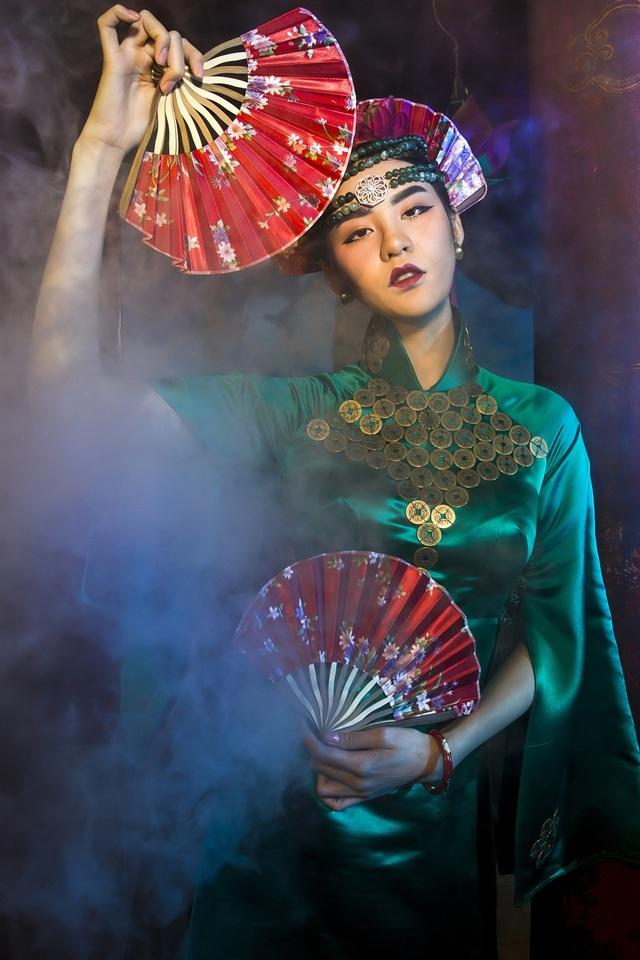 Hạ Vy, Phan Hà Phương khiến du khách quốc tế trầm trồ với áo dài cổ - 3