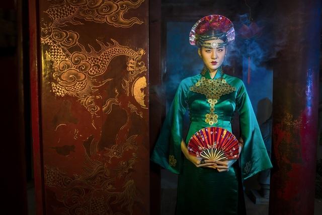 Hạ Vy, Phan Hà Phương khiến du khách quốc tế trầm trồ với áo dài cổ - 6