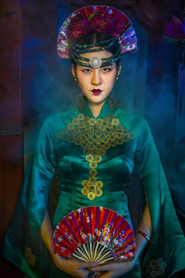 Hạ Vy, Phan Hà Phương khiến du khách quốc tế trầm trồ với áo dài cổ - 2